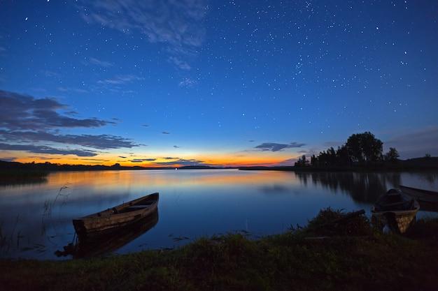 여름 밤하늘 아래 아름다운 호수