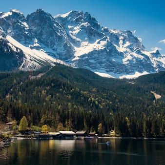 Красивый вид на озеро к eibsee и zugspitze, баварскому ориентир ориентиру.