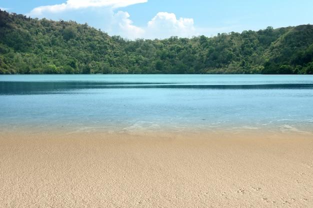 언덕과 푸른 하늘을 배경으로 아름다운 호수 전망
