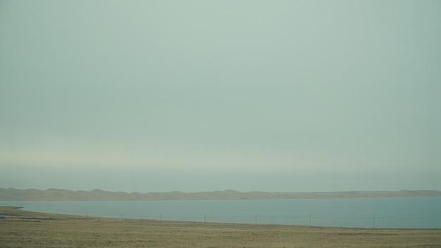 Красивое озеро с некоторым туманом и непонятными пейзажами