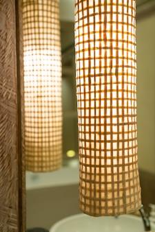 호텔 침실에 아름다운 램프 장식