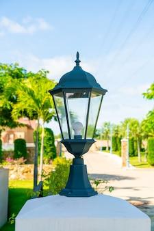 屋外の壁の美しいランプの装飾