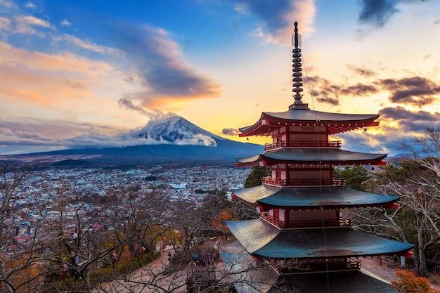 후지산과 chureito 탑의 아름다운 랜드 마크 일몰, 일본.