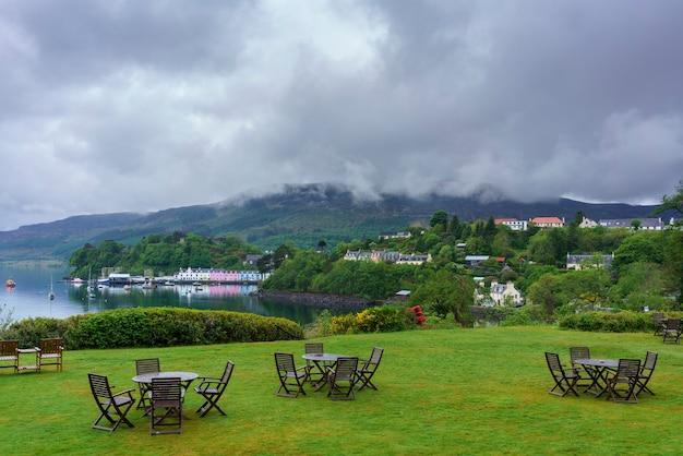 反射のあるポートリー港の美しいランドマーク、スカイ島、スコットランド