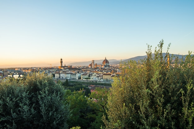 Красивый пейзаж наверху, панорама на исторический вид флоренции с точки пьяццале микеланджело. утреннее время.