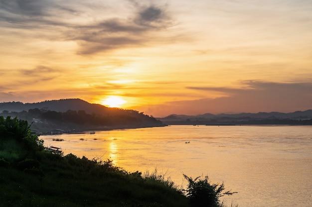 치앙칸 지구에서 태국과 라오스 사이의 아름다운 풍경과 메콩 강의 서셋. 메콩강 또는 메콩강은 동아시아와 동남아시아의 국경을 넘는 강입니다.