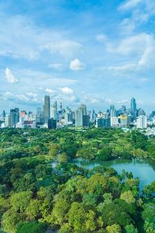 Bellissimo paesaggio del paesaggio urbano con la costruzione della città intorno al parco lumpini a bangkok in thailandia