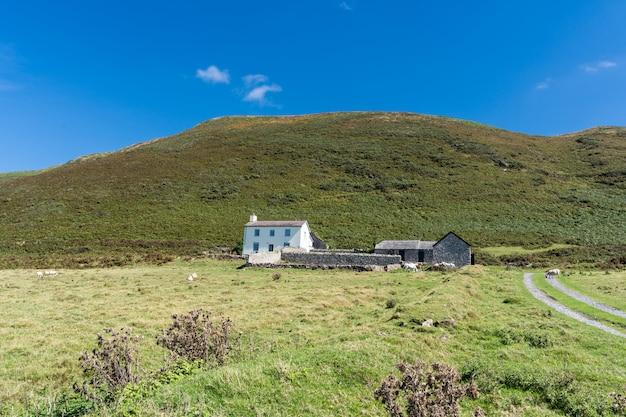 Красивый пейзаж, историческое здание сельского дома.