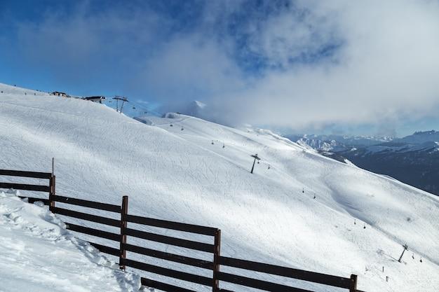 Красивый пейзаж на горнолыжном курорте красная поляна в россии