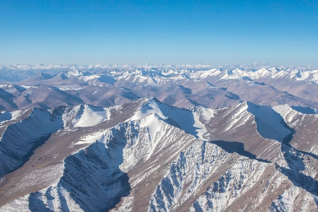 ヒマラヤ山脈の美しい風景とインド北部のジャンムーカシミール州ラダック地域の雪と曇り