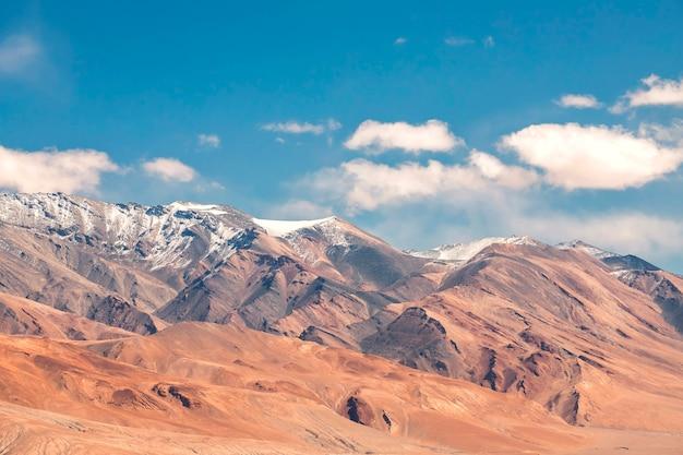 ヒマラヤ山脈の美しい風景とラダック地域、インドの雪