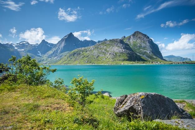 夏には、ノルウェーのロフォーテン諸島の美しい風景