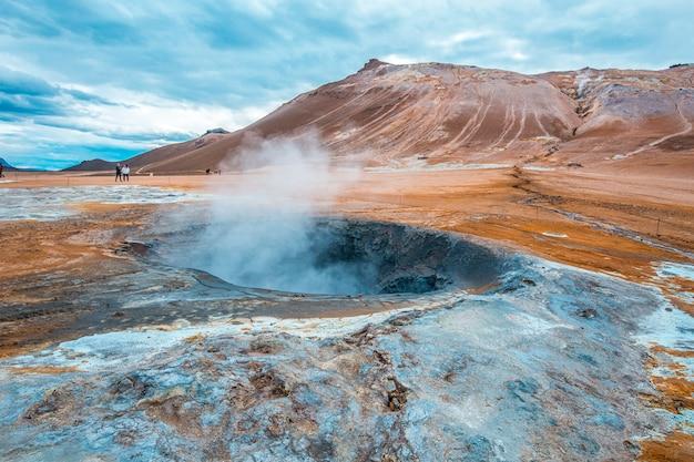 水のプールと沸騰した硫黄のあるミーバトンの公園の美しい風景。アイスランド