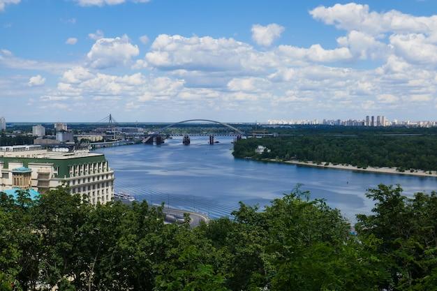 Красивый пейзаж, город киев, река и мост.