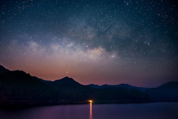 Красивый пейзаж горы и озеро ночью с фоном млечного пути, чиангмай, таиланд