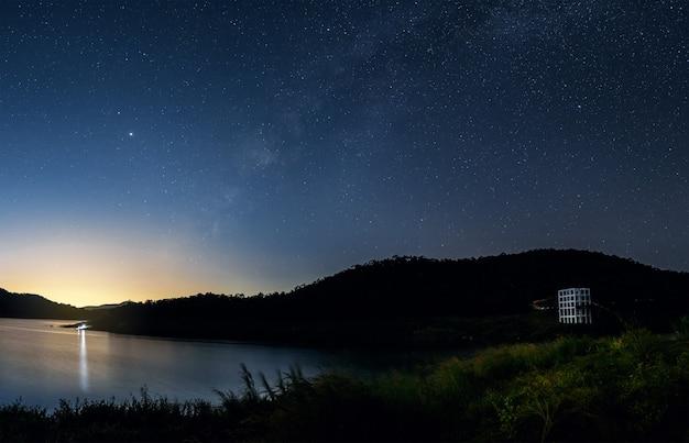 Красивый пейзаж горы и озеро ночью на фоне млечного пути, чиангмай, таиланд
