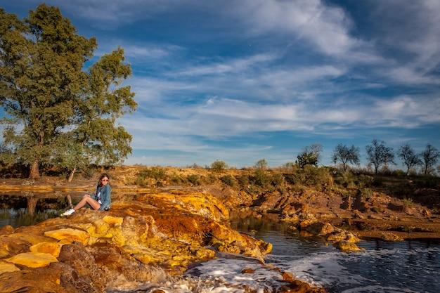 木々、オレンジ色の石、水面に映る川の美しい風景