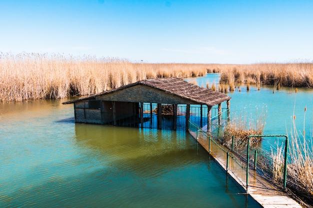 廃屋と浸水の家の美しい風景