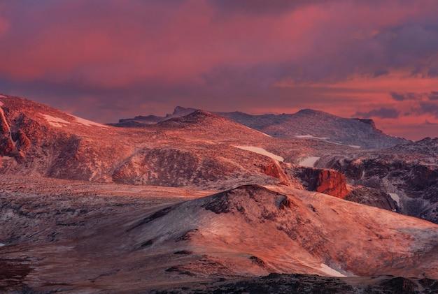 Beartooth pass의 아름다운 풍경. 쇼 쇼니 국유림, 와이오밍, 미국. 일출 장면.