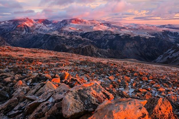 Красивый пейзаж медвежьего зуба. национальный лес шошонов, штат вайоминг, сша. сцена восхода солнца.