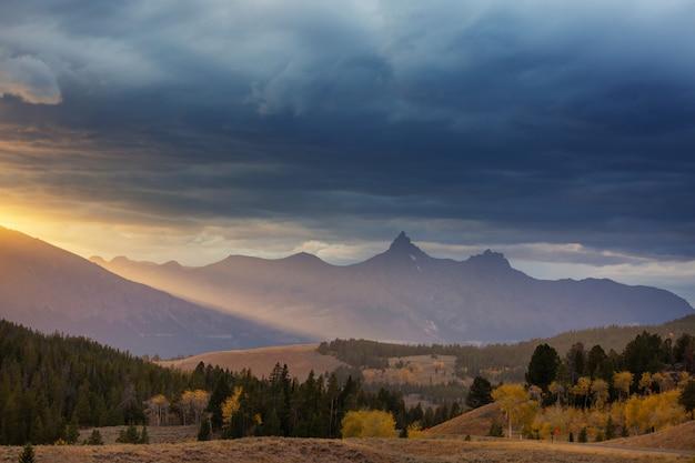 ベアトゥースパスの美しい風景。ショーション国有林、ワイオミング、米国。日の出シーン。