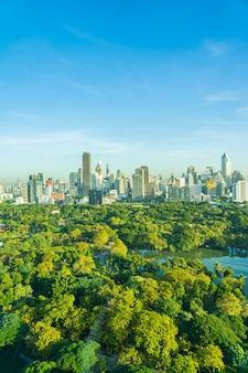 バンコクタイのルンピニー公園の周りの都市の建物と街並みの美しい風景