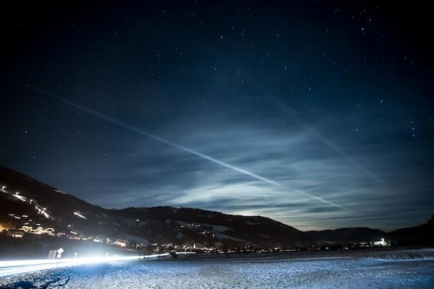 Красивый пейзаж высоких австрийских альп, покрытых снегом звездной ночью