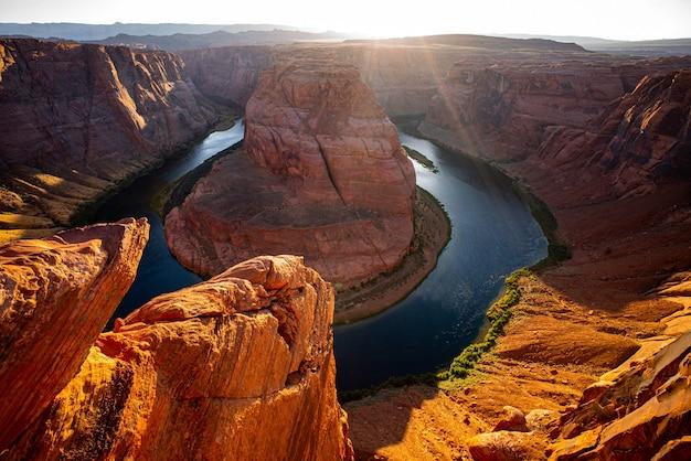 ページ近くのコロラド川のホースシューベンドの美しい風景。グランドキャニオンによるホースシューベンド。コロラド川のホースシューベンド。 Premium写真