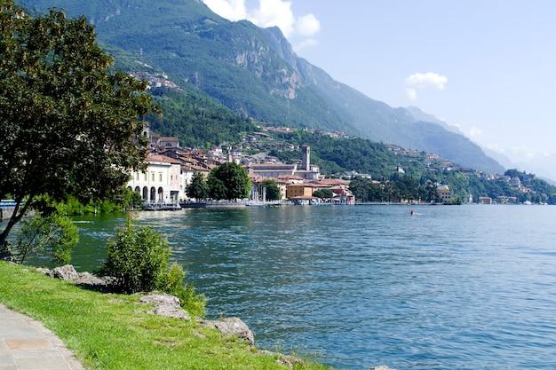 イタリア、イゼーオのロヴェレ湖の湖の美しい風景