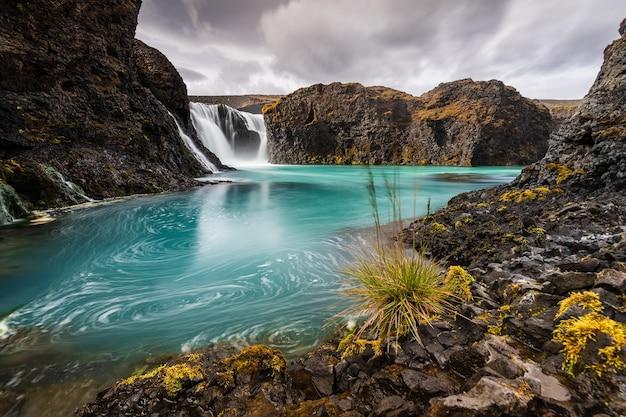 산에있는 호수의 아름 다운 풍경