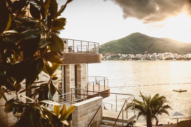 바다 해안에서 산 꼭대기에 서있는 럭셔리 현대 빌라의 아름다운 풍경