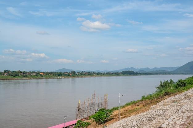 치앙 칸 지구에서 태국과 라오스 사이 메콩 강의 아름다운 풍경. 치앙 칸은 구시가지이며 태국 관광객에게 매우 인기 있는 목적지입니다.