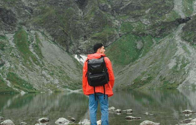 남자와 산과 호수의 아름 다운 풍경