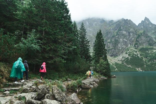 Красивый пейзаж горы и озера