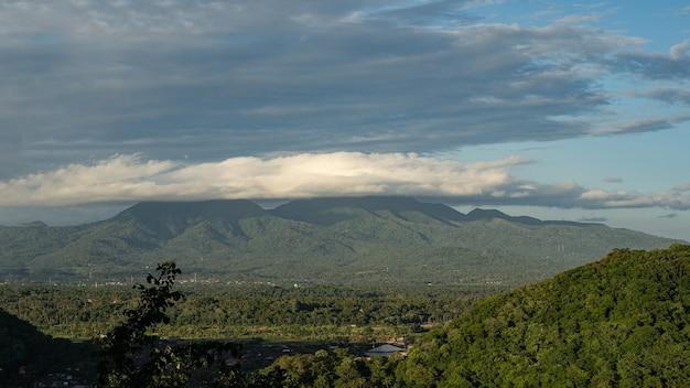 曇り空の下の山の谷の美しい風景ストックフォト
