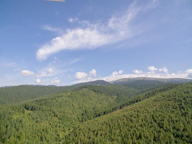 曇り空を背景にした山々の美しい風景