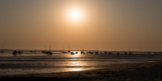 海と夕暮れ時のビーチの美しい風景