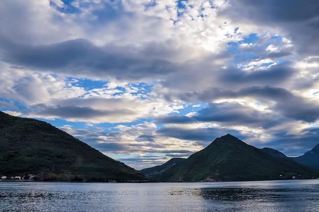 ペラストの美しい風景-ボカコトル湾の海岸にある歴史的な町ボカコトルスカ、モンテネグロ、ヨーロッパ。コトル湾はユネスコの世界遺産に登録されています。