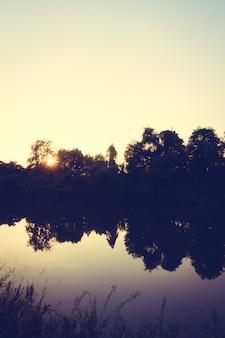Красивый пейзаж реки и заката