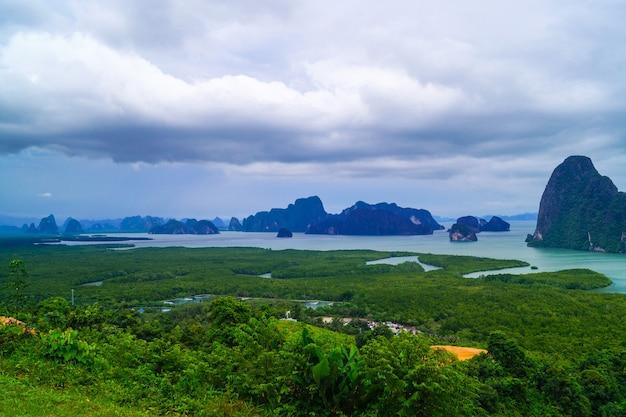 Красивый пейзаж скал в море sa-met-nang-she в пханг-нга, таиланд.