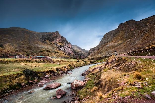 바위가 많은 페루 산과 강의 아름다운 풍경