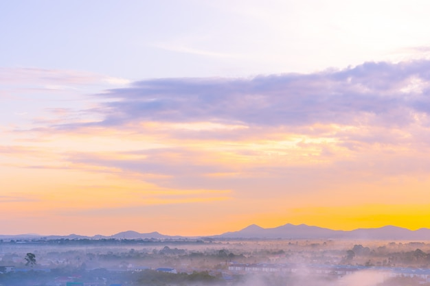 일몰 시간에 태국 파타야 시티 주변 바다 바다의 아름다운 풍경