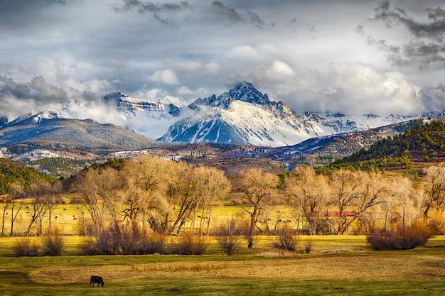 눈이 덮여 산, 언덕과 평평한 목초지의 아름다운 풍경