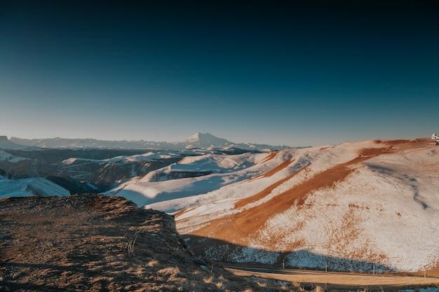 눈 덮인 바위의 아름 다운 풍경입니다. 눈 산을 닫습니다.