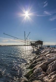 ソットマリナの美しい風景、ヴェネツィア近くのリゾート。 hdr技術を使用して撮影する海の逆光の小さなダム。