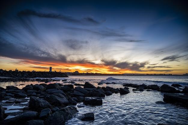 ビーチで夕日の美しい風景