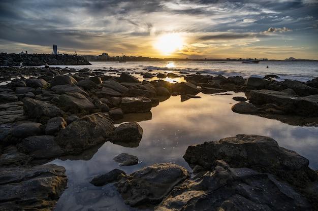 해변에서 석양의 아름 다운 풍경
