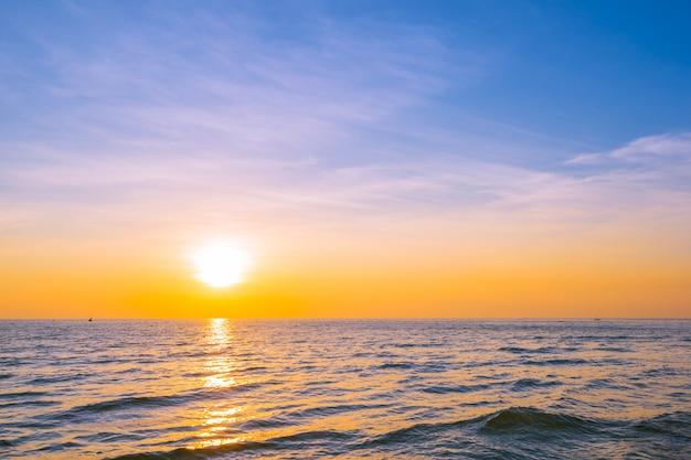 Красивый пейзаж заката на море и океан
