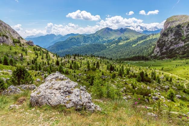 イタリア、ベッルーノ県、ヴァルパローラ峠の夏のドロミテ山の美しい風景