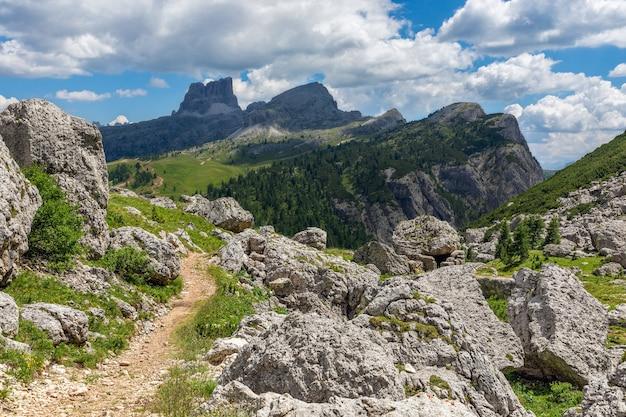 イタリア、ヴァルパローラ峠の夏のドロミテ山の美しい風景